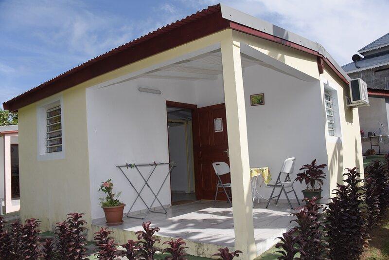 Beautiful house with terrace & Wifi, location de vacances à Capesterre-Belle-Eau