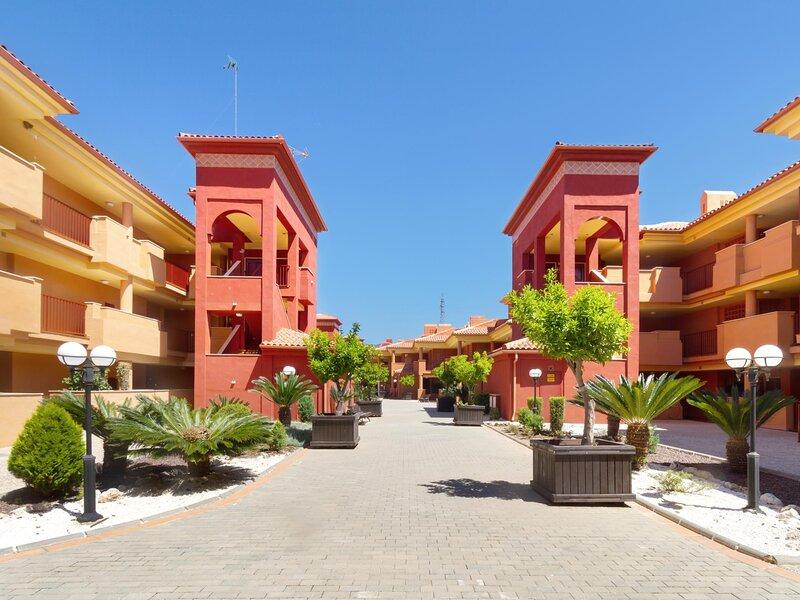 Apartment in la reserva de Marbella with parking and crazy views, alquiler vacacional en Artola