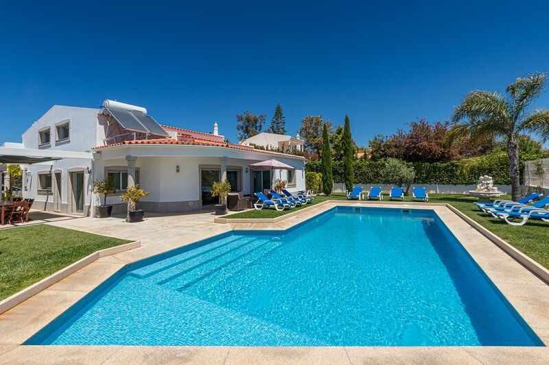 Villa Maria located in Olhos de Agua offers spacious and modern accommodation, vacation rental in Faro District