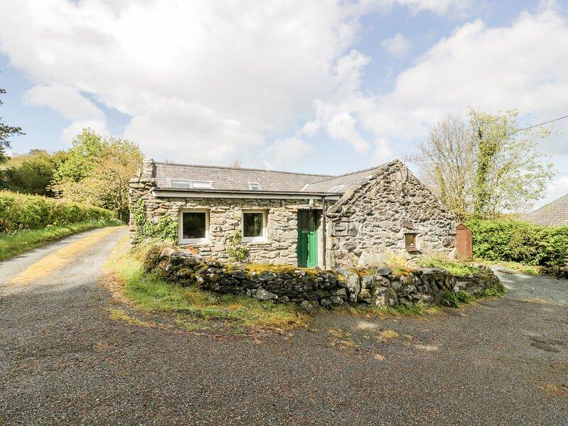 TY CERRIG, pet friendly, character holiday cottage with a garden in Llanbedr, aluguéis de temporada em Llanbedr