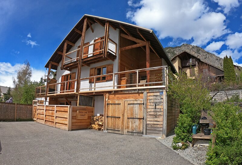 Stunning Serre Che Chalet: Town centre, walk 2 ski lifts, jacuzi, 5 ensuite room, holiday rental in Hautes-Alpes