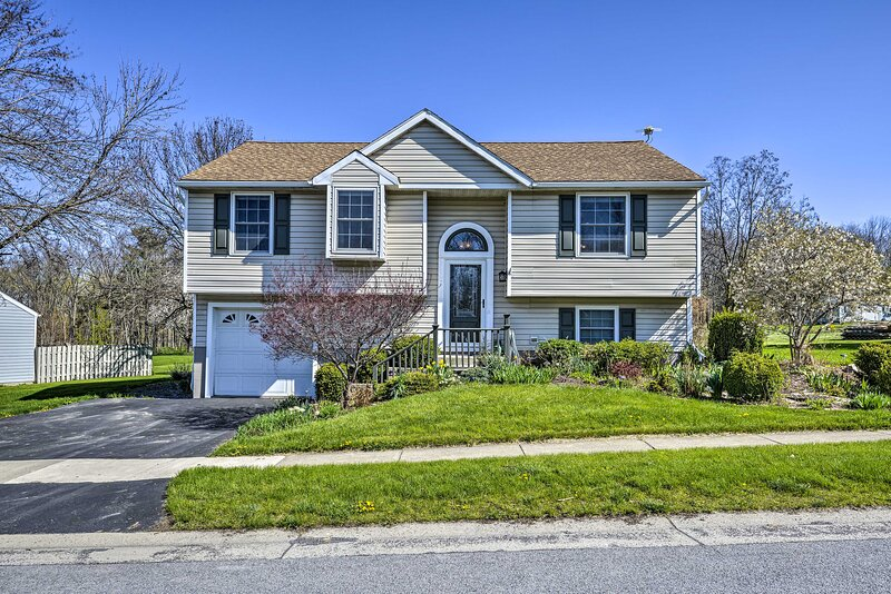 NEW! Comfy Romulus Home w/ Deck - Walk to Beach!, holiday rental in Aurora