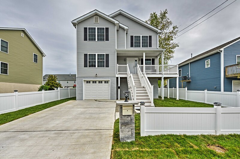 NEW! Union Beach Home w/ Yard, Hot Tub & Game Room, holiday rental in Manalapan