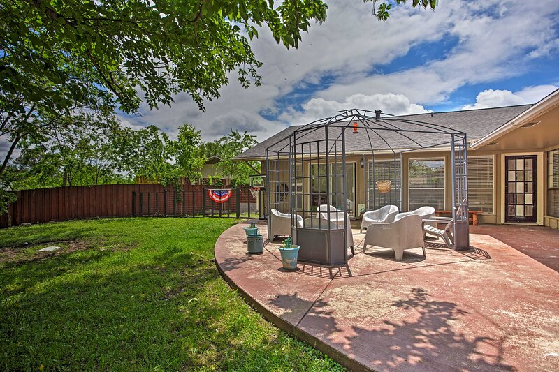NEW! Charming Home - 15 Miles to Downtown Dallas!, vacation rental in Irving
