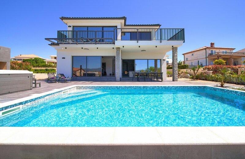 Luxury villa with private pool, jacuzzi, sauna, barbecue area, casa vacanza a Nenadici