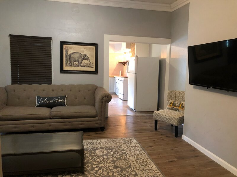 3BR Coffee Lovers Dream Home, alquiler vacacional en Lower Burrell