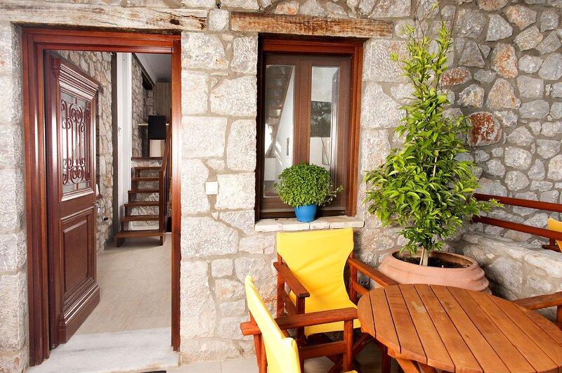 Beachfront Astros Villa - Seaside Summer Retreat, alquiler de vacaciones en Agios Andreas