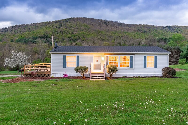 Peaceful Pine Lodge | Right On Pine Creek, HOT TUB, casa vacanza a Middlebury Center