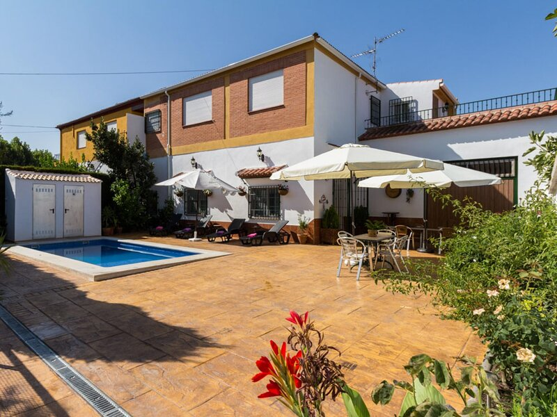 Charming house with pool, terrace and WiFi, vacation rental in Villamena
