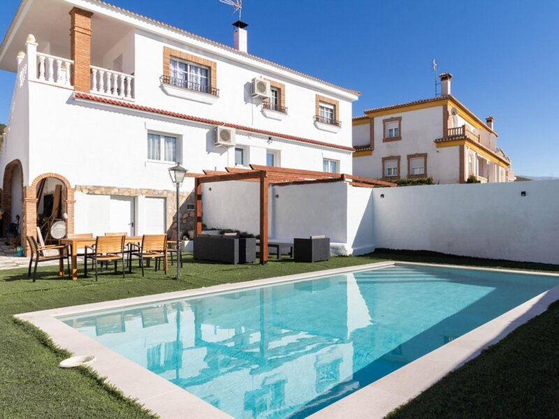 Large house with two swimming pools, wifi and 6 rooms, alquiler vacacional en Dílar