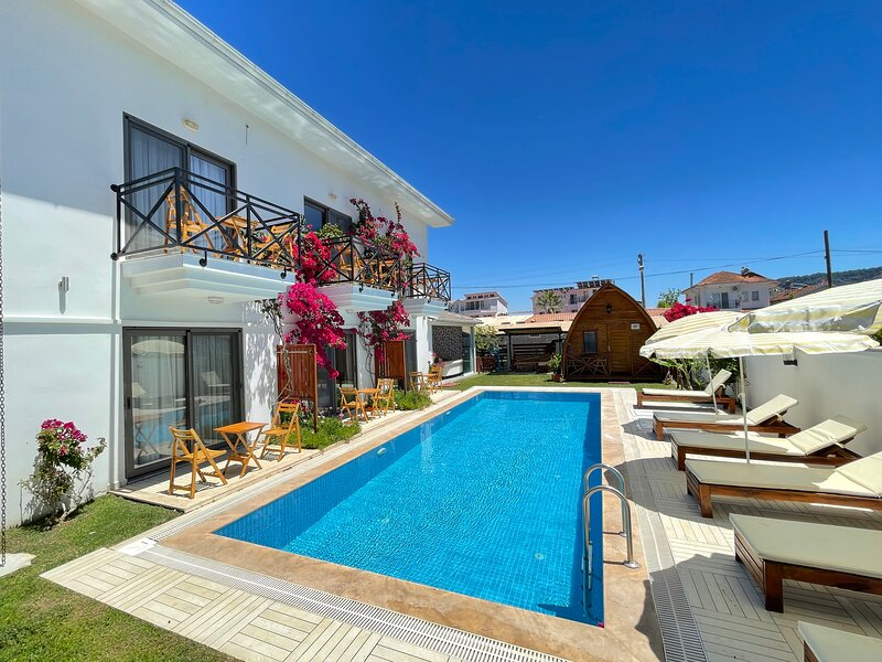 Fabulous luxury 10 bed 9 bath detached property, alquiler vacacional en Okcular