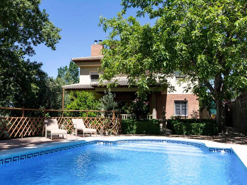 Andalusian house with private pool, views and WiFi, holiday rental in Niguelas