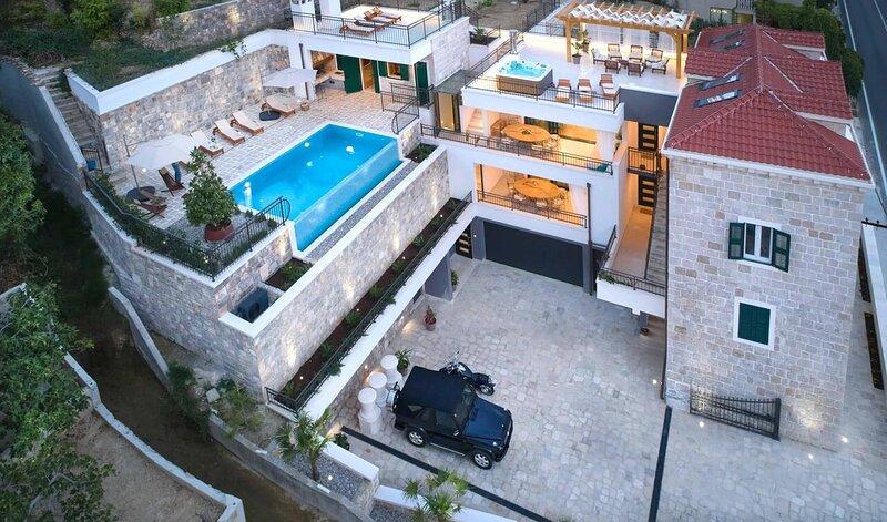 Luxe home next to beach with pool, sauna, jacuzzi, alquiler de vacaciones en Jesenice