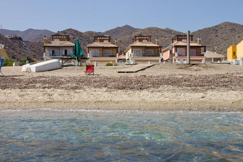 Chalet en primera línea de playa con piscina privada, holiday rental in Cuevas del Almanzora