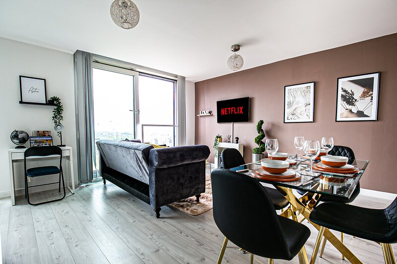 Luxury Central Hub Apartment w/ Balcony & Parking, holiday rental in Old Stratford