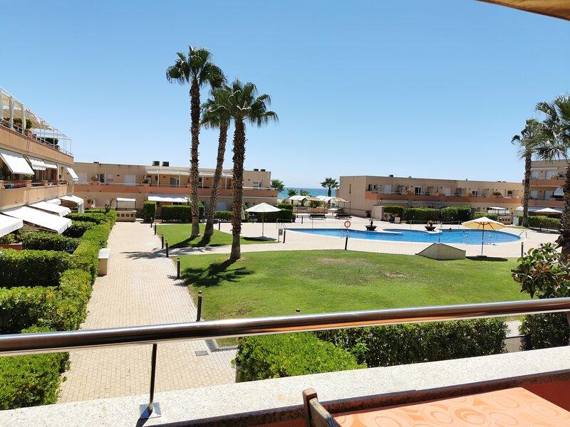 Apartamento con piscina en primera línia de Mar, holiday rental in Cubelles