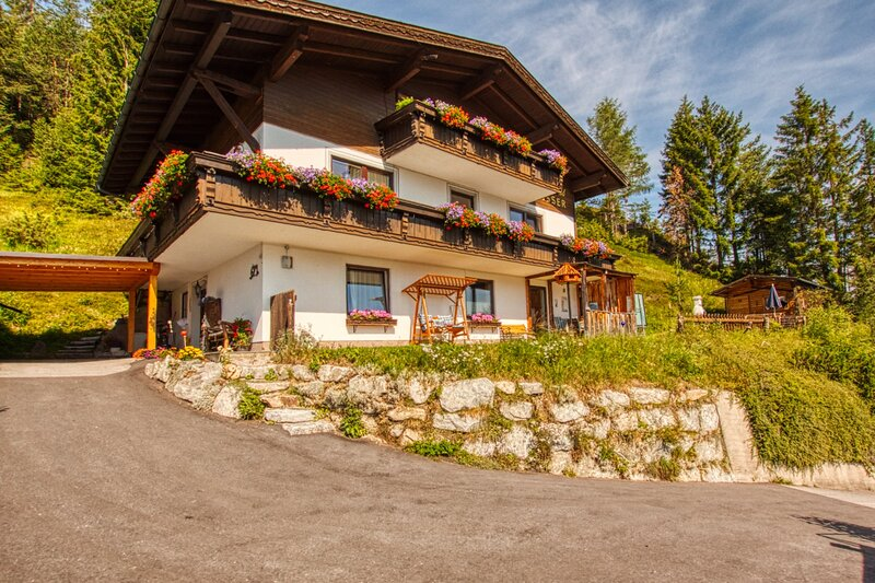 Panorama-Apartment Isser with best views Seefeld and sunny garden with BBQ, holiday rental in Leutasch