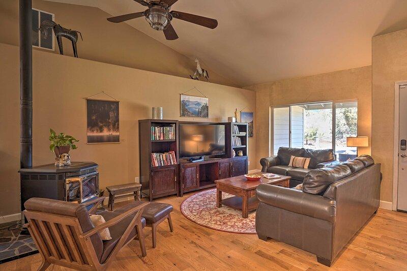 NEW! Pet-Friendly Redmond Retreat w/ Porch & Grill, vacation rental in Powell Butte