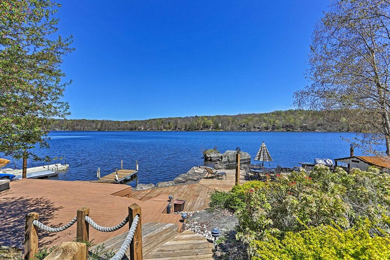 NEW! Grand Lakefront Home w/ Dock in The Hideout!, holiday rental in South Canaan