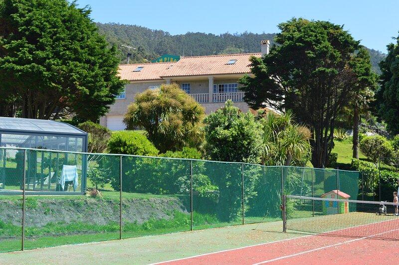 Chalet con piscina y campo de tenis a 5 Km de Baiona, holiday rental in Viladesuso
