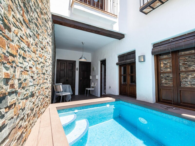 Andalusian style house with pool and terrace with views, aluguéis de temporada em Albunuelas