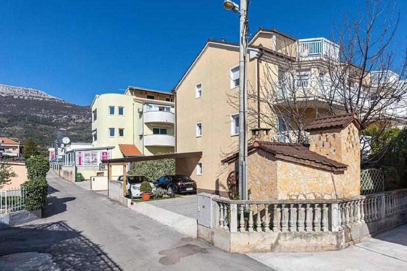 Niko - modern: A2(2+2) - Kastel Luksic, location de vacances à Kastel Luksic