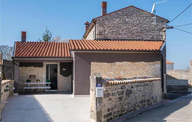 Amazing home in Hrboki with WiFi and 4 Bedrooms (CIC706), location de vacances à Rebici