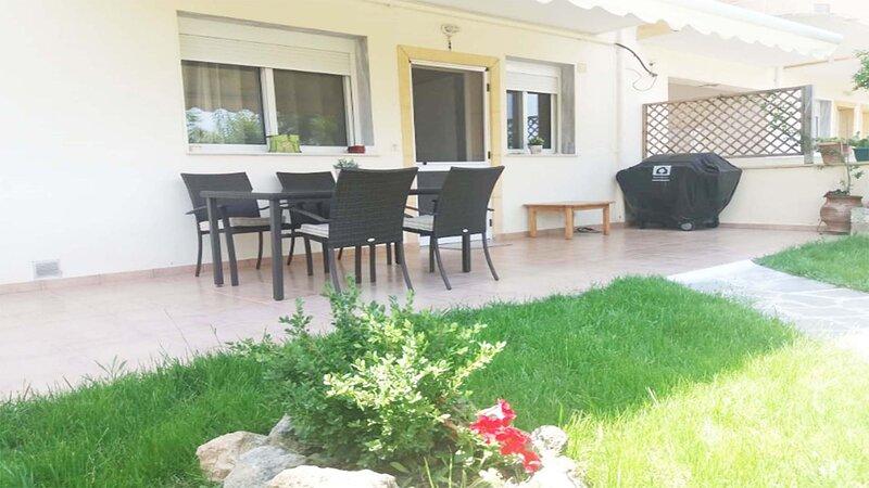 Cozy Apartment in Kallithea with Garden, holiday rental in Kallithea
