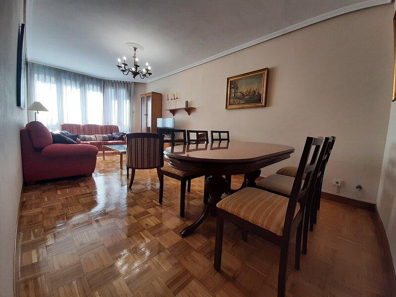 ARRIONDAS. AMPLIO PISO. PICOS DE EUROPA(8personas) IROKO, holiday rental in Villar de Huergo