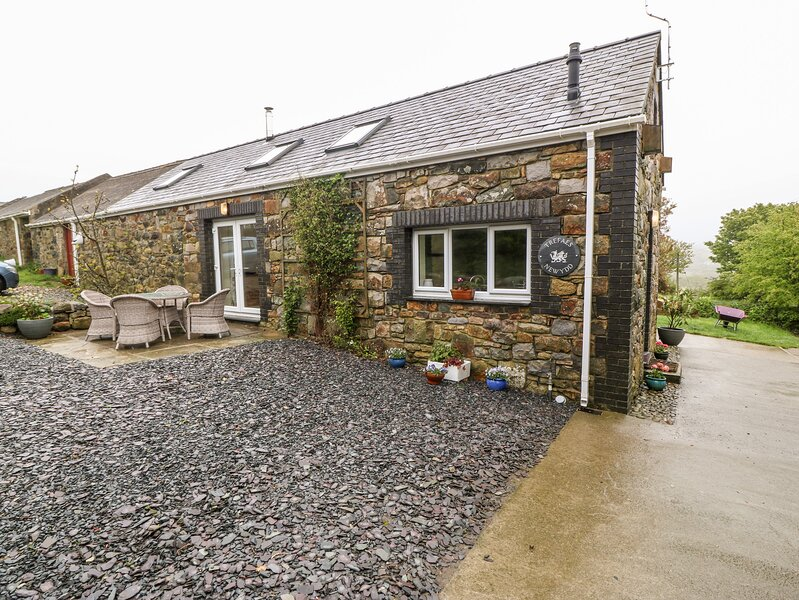 TREFAES NEWYDD, pet-friendly character cottage, pasture, woodburner, ideal for, holiday rental in Cylch-Y-Garn