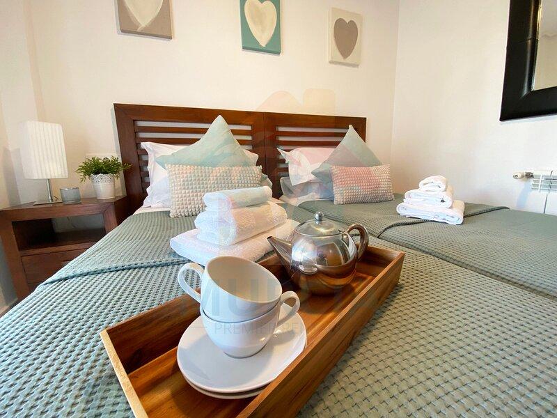 Beautiful Ground Floor Apartment/communal pool/Tv/Free WIFI/Outdoor Dining, aluguéis de temporada em Sucina
