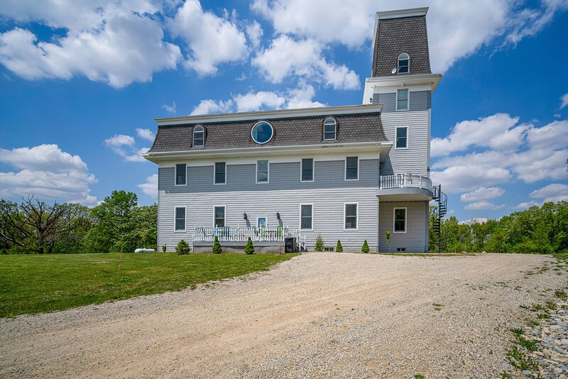 Starlight Tower Manor-Observatory, 30-Seat Theater, Game room, Bar, Arcade, casa vacanza a Janesville