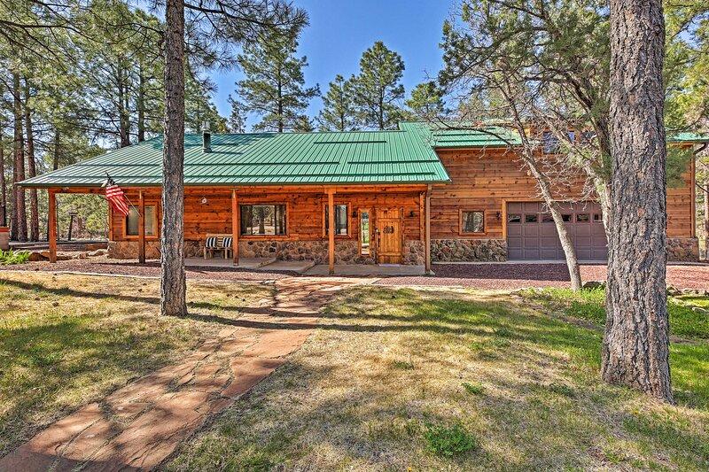 NEW! Expansive Family Cabin w/ 2 Decks & Game Room, alquiler vacacional en Pinetop-Lakeside