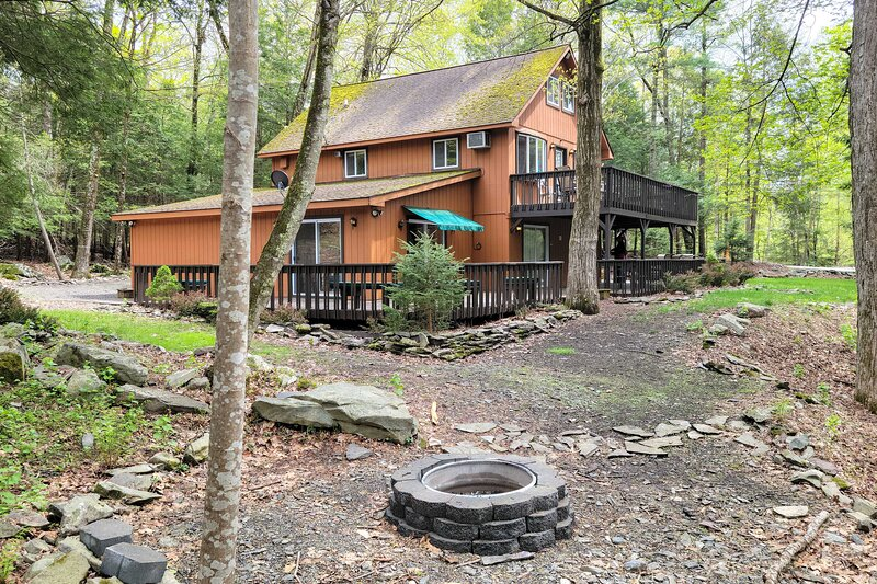 NEW! Dog-Friendly Home: 12 Mi to Camelback Mtn!, holiday rental in Henryville