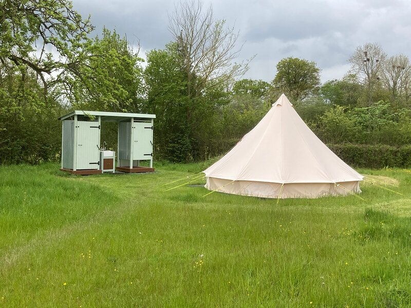 Glamping at The Homestead - Ensuite bell tent, location de vacances à Monnington-on-Wye