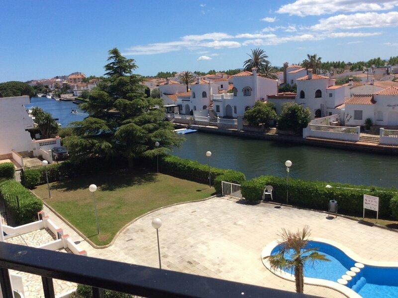 Bonito apartamento de 2 dormitorios y piscina, alquiler vacacional en Fortià