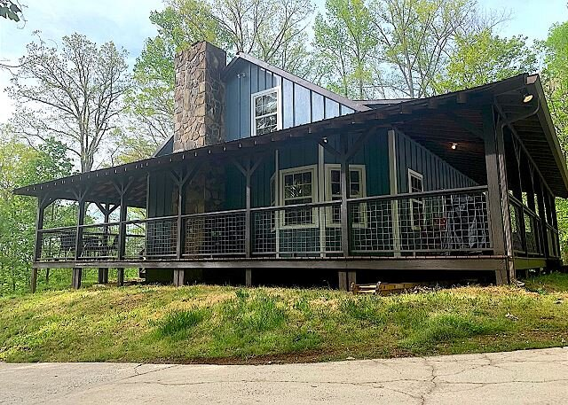 Morning Star,Rustic Upscale Cabin wonderland in the forest, Fence-in Yard, holiday rental in Blairsville