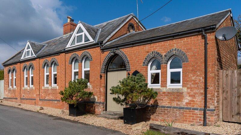 Old Chapel, Shipton Oliffe - sleeps 6 guests  in 3 bedrooms, holiday rental in Colesbourne