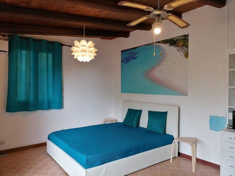 Beach Room con ampio giardino e zona relax, holiday rental in Terra Mala