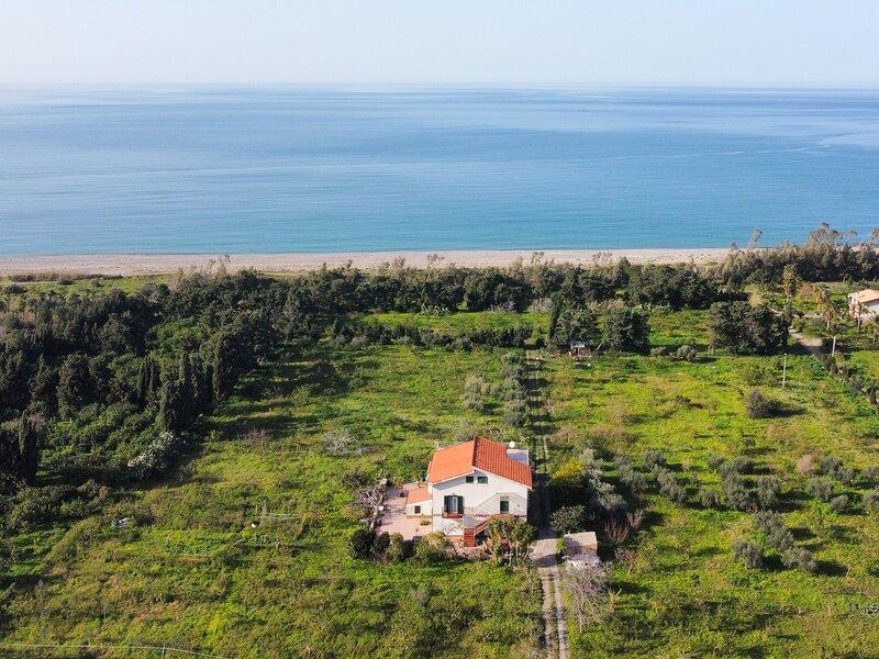 Villa Coloniale Piana a 150 metri dal mare!, vacation rental in Caronia