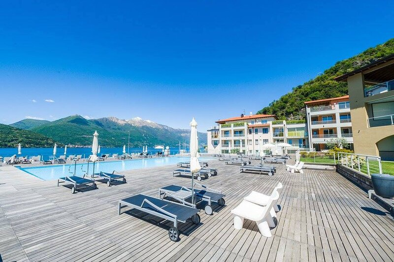 2 bed apartment with lake views, pool & jacuzzi, casa vacanza a Maccagno