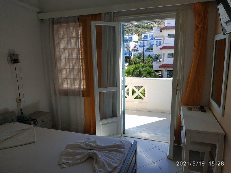 Renia Hotel-apartments-4adults, location de vacances à Mononaftis