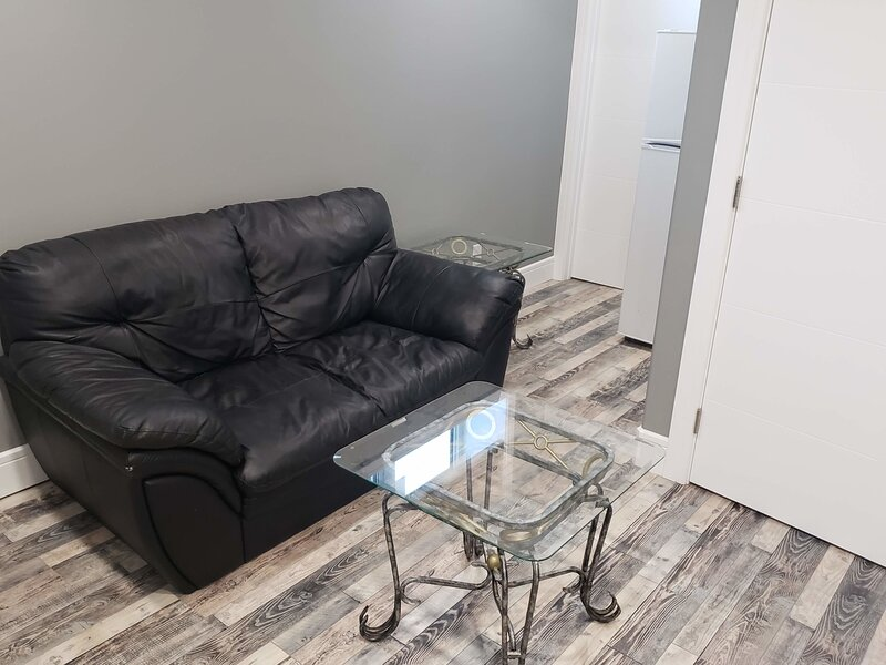 Cozy 2 BR 1BATH apartment with WIFI, Laundry and Off Street parking, holiday rental in Fort McMurray