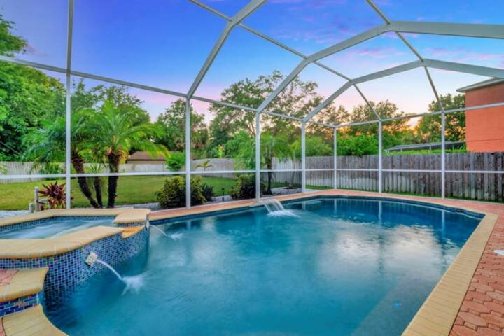 NEW LISTING!! Relaxin' poolside....Who needs the beach anyway???, holiday rental in Oldsmar