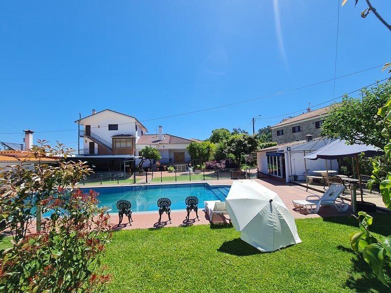 VILLA QUINTIÃES COM PISCINA, location de vacances à Forjaes