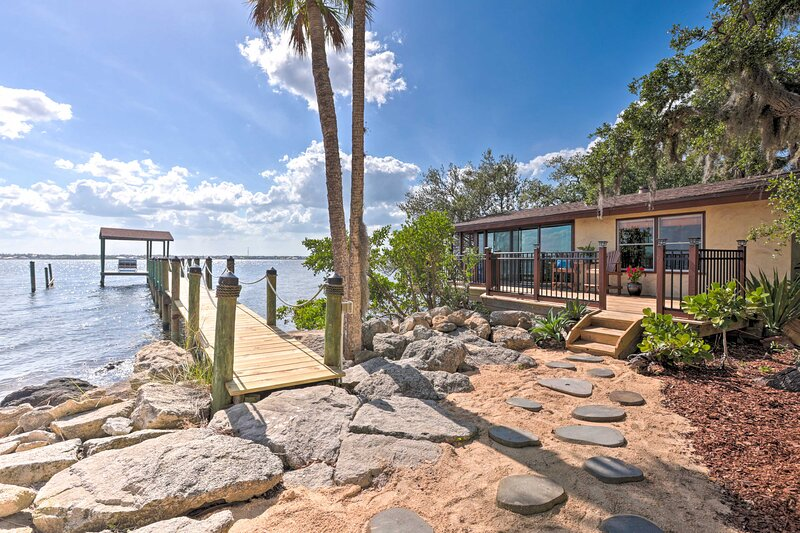 NEW! Riverfront Merritt Island Apt w/ Dock & Deck!, holiday rental in Suntree