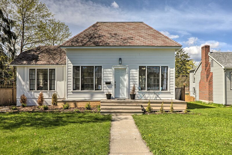NEW! Charming Downtown Home - Walk to Main Street, holiday rental in Kila