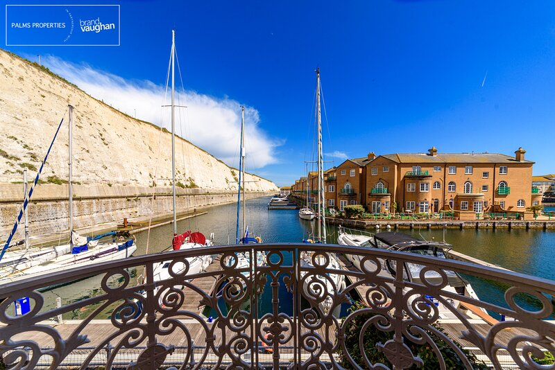 Water views, elevator, balconies and FREE parking in Brighton. Great apartment., vacation rental in Brighton