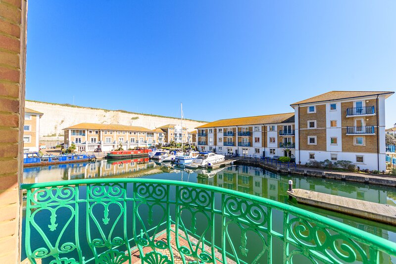 Spacious first floor apartment with an elevator, water views, balcony & parking!, vacation rental in Brighton