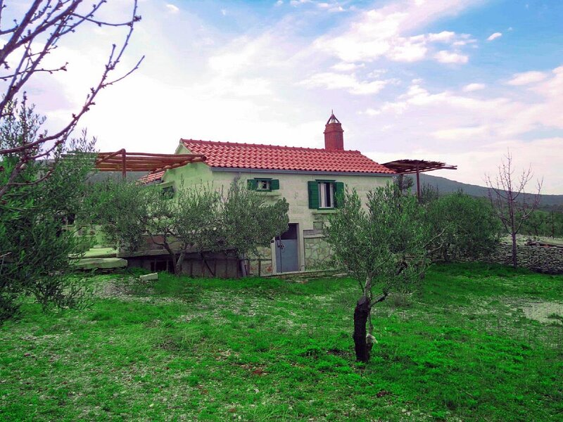Robinson House Dubrova - Two-Bedroom House, holiday rental in Gornji Humac